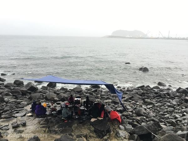 เพิงขายหอยสดอาจุงม่า ทั้งบรรยากาศและความเฉอะนอง ได้คะแนนเต็มสิบเท่ากัน