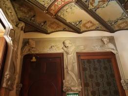 ปูนปั้นบอกเล่าเรื่องราวประวัติบ้าน Casa Lleó Morera
