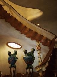 แนวบันไดทำคล้ายกระดูกสันหลังปลา หน้าต่างเป็นรูปกระดองเต่า Casa Batllo