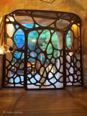 ประตูบ้าน Casa Mila คล้ายฟองคลื่นไหม