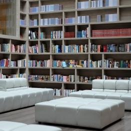 ด้านล่างเป็นห้องสมุด ที่เจาะช่องแสงจากด้านบน สว่างโปร่ง The Gaia hotel, Beitou, Taipei