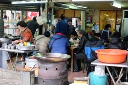ร้านนี้คนเยอะดี เลยรอต่อแถวเข้าไปกิน / Beitou, Taipei, Taiwan