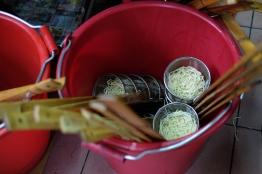 คุณป้าเกียมเส้นหมี่ใส่กระชอนไว้ลวก / Beitou, Taipei, Taiwan