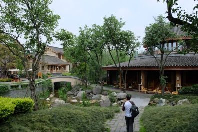 ด้านขวาเป็นบาร์ Six senses Qing Cheng mountain
