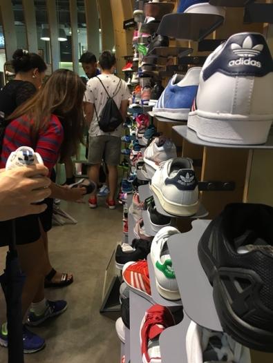 รองเท้ากีฬาร้าน giga sports เป็นแบบรวมหลายแบรนด์